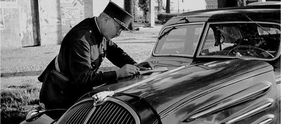 Polizist und Peugeot
