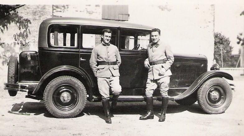 Offiziere des vermutlich gleichen Regiments in den 1930er vor einem Peugeot SIX (Typ 183)