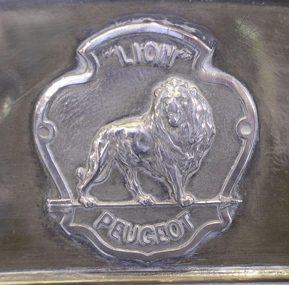 1905 - Lion Peugeot. Es gab zwei Ausführungen mit Pfeil nach rechts oder links. Der Motor mußte in die Richtung angekurbelt werden, in die der Pfeil wies