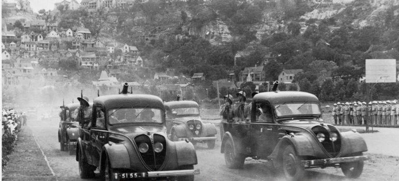 Parade von bewaffneten LKW DK 5 in Vietnam vermutlich späte 1940er Jahre