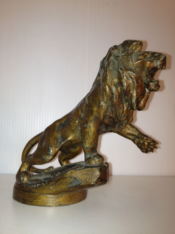 """""""Marx""""-Löwe - benannt nach dem Bildhauer, der ihn entwarf. Wurde von kurz nach der Jahrhundertwende bis zu Oberklasse-Fahrzeugen der späten 1920 Jahre (Typ 176, 183, 184 etc.) verwendet."""