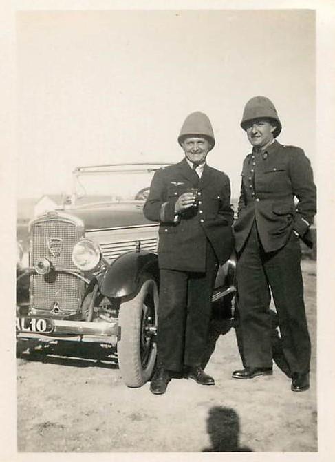 Offiziere in Algerien mit Typ 201 (oben) bzw. Typ 190