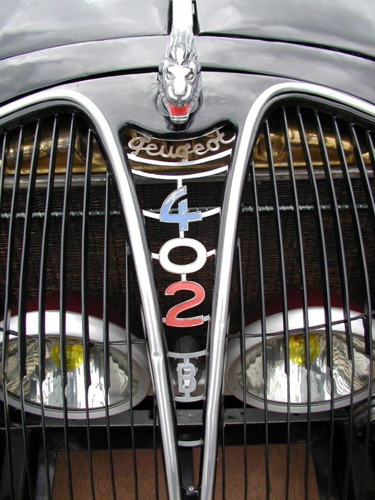 Der Löwe der 302/402 fungierte gleichzeitig als Verriegelung für den Kühlergrill