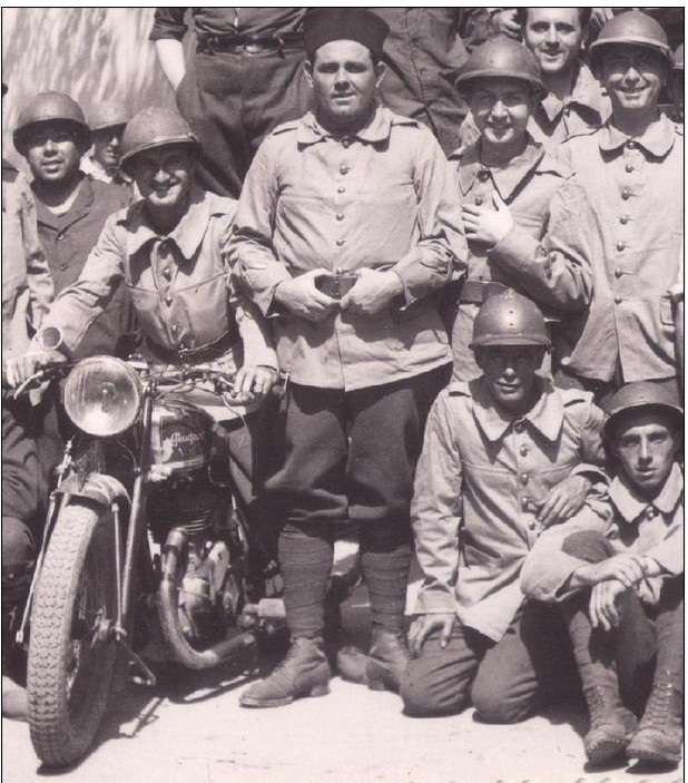 Soldaten des 153. Infanterie (Zoauven) Regiments in Algerien mit Krad-Melder auf einer Peugeot-Maschine (1940er Jahre)