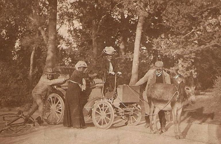 Das älteste mir bekannte Bild mit einer Frau am Lenkrad eines Peugeot stammt wohl aus dem Jahr 1901. Hier wird ein defekter Peugeot - eventuell ein Typ 15 - abgeschleppt.
