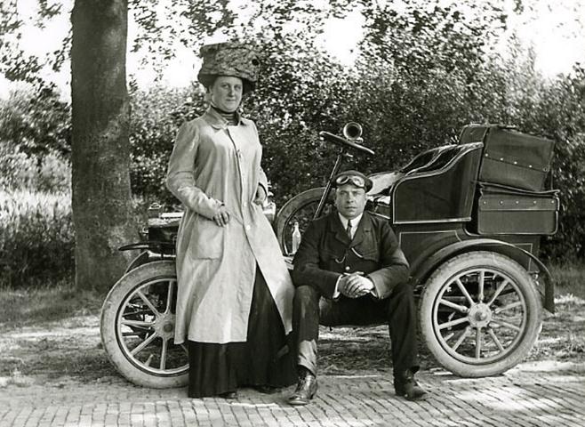 vermutlich ebenfalls etwa 1905 - hier ist sie wohl noch als Beifahrerin in Bebe unterwegs