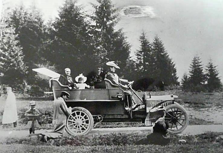 1906 - die Reifenpanne am kettengetriebenen Typ 78 muß der Chauffeur beheben