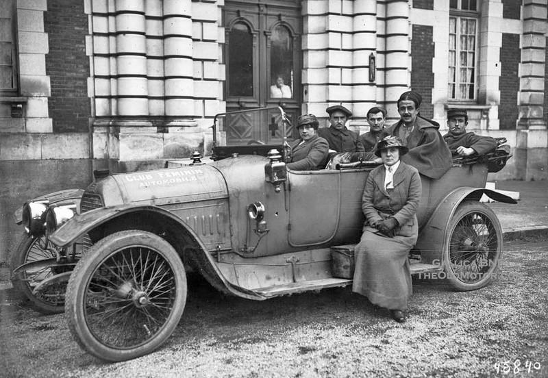 """etwa 1915 - der Krieg an der Flandernfront tobt und die Damen des """"Club Feminin Automobil"""" setzen ihre Peugeot-Fahrzeuge (oben und unten vemutlich der selbe Typ 144) u.a. für Verwundetentransporte ein."""