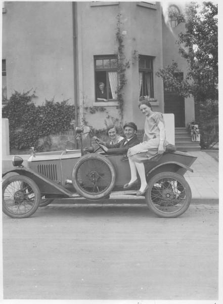 etwas später - wohl 1922 - bleibt er doch lieber am Steuer des neuen Typ 172 Torpedo
