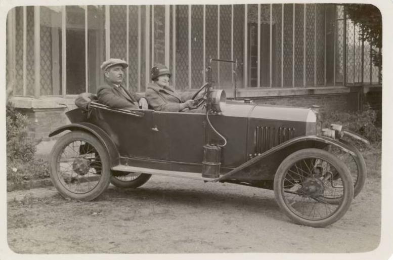 etwa 1921 - sie posiert am Steuer einer Quadrilette Typ 161. Bitte beachten Sie auch den großen Suchscheinwerfer mit Karbidentwickler auf dem Trittbrett.