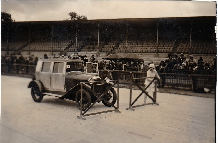langsam wird es sportlich - Madame beim Geschicklichkeitsfahren mit dem 10 CV - Typ 173 - im Jahr 1926