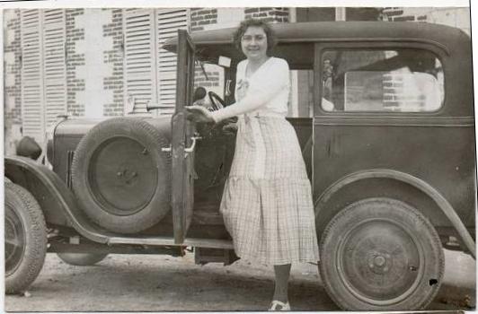 aber - selber fahren wird auch bei den Damen immer beliebter, wie man auf den folgenden Bildern aus den Jahren 1928 und 1929 sehen kann