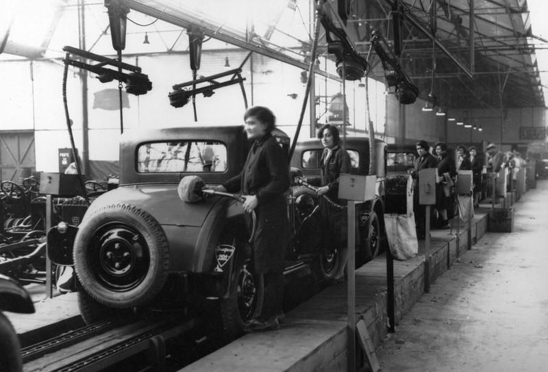 Für die allermeisten Frauen bleibt ein Automobil aber immer noch unerschwinglicher Luxus; bei der Produktion sind sie 1929 allerdings bereits mit integriert. Hier ein Bild beim Polieren der neuen 201