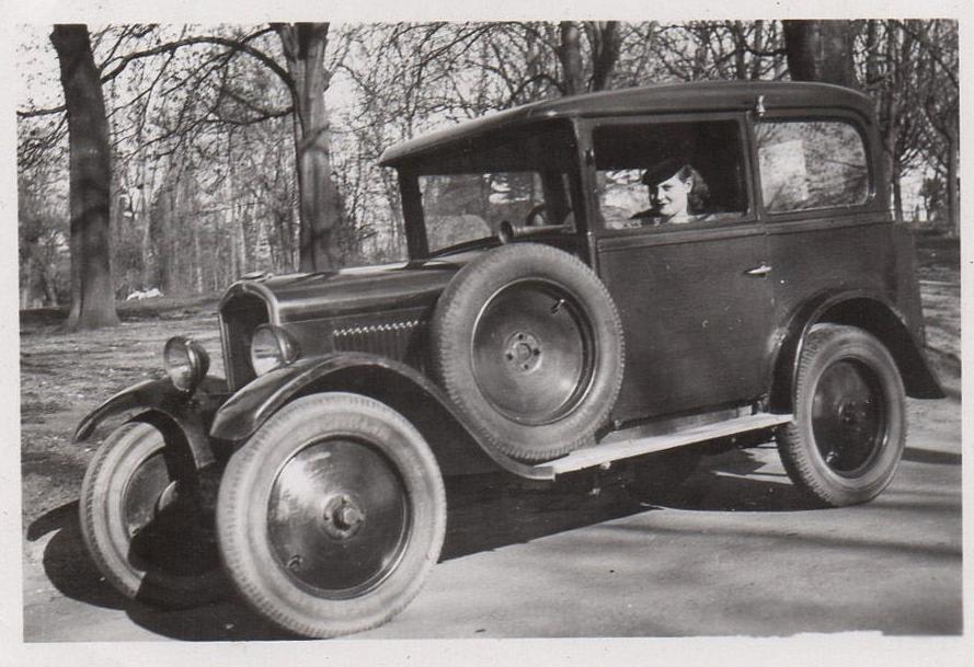Frühjahr 1930 - hier fährt sie den 172 selbst und unten posiert Madame vor einem Peugeot, dessen Typ nicht genau zugeordnet werden kann.