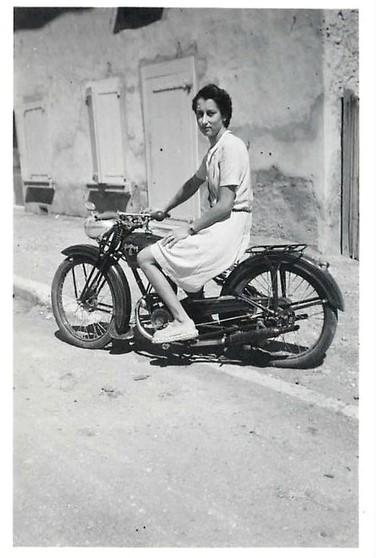 und mutige junge Frauen probieren sich bereits auf dem Motorrad aus