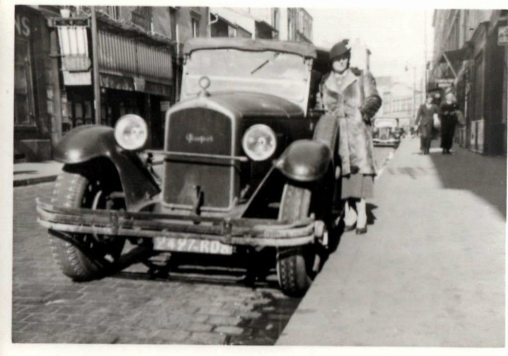 Madame vor einem Peugeot