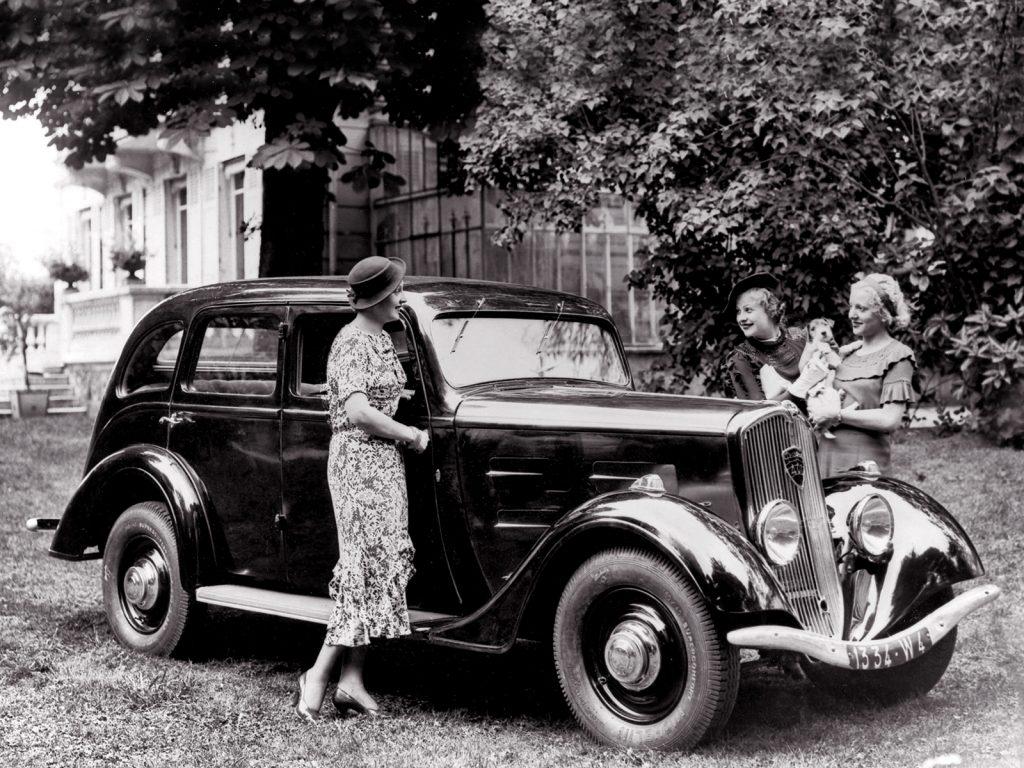 Diese Damen in Digne les Baines bewundern schon den brandneuen Typ 401, der gerade erst vorgestellt wurde
