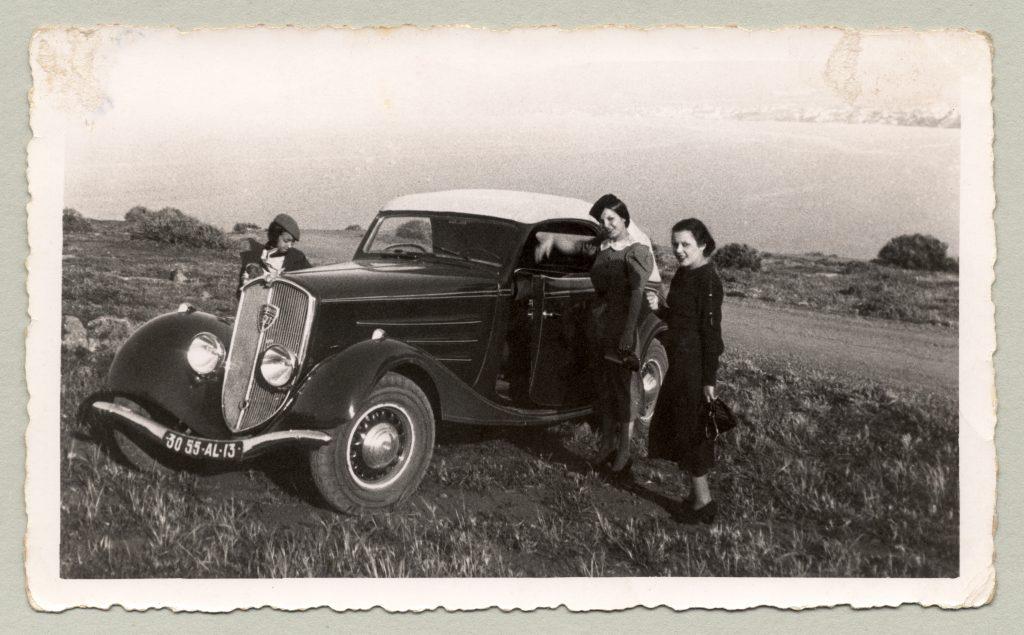 Diese 3 Damen genießen die Privilegien, die Franzosen im Überseedepartement Algerien haben - hier ein 601 Cabriolet.  Auch die folgenden Bilder der Schönen und Reichen stammen aus dem Jahr 1936