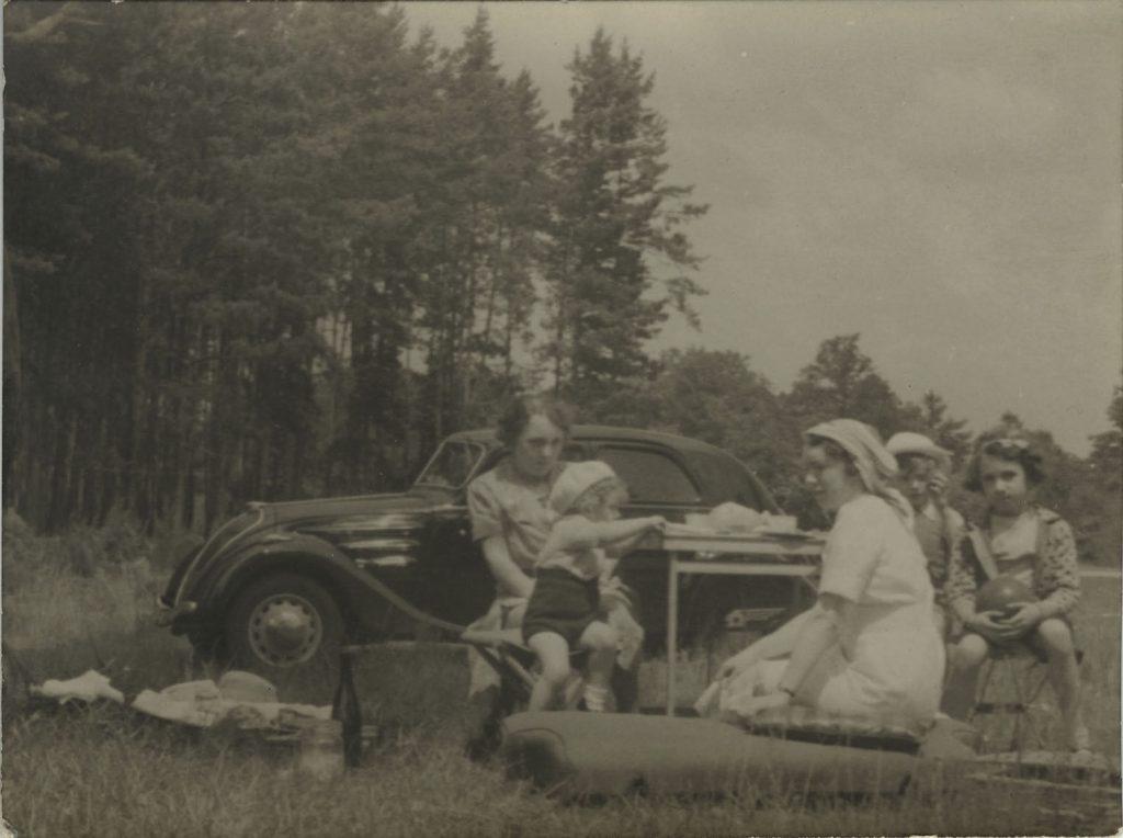 Sommerliches Picnic vor einem 302 Cabriolet