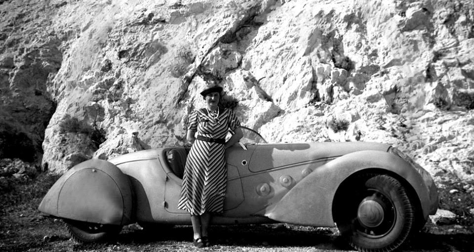 Ob das Kleid sich wirklich für die Ausfahrt im Darl'Mat - Roadster geeignet hat, bleibt ungeklärt