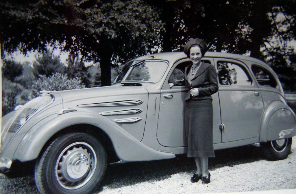 Hier posiert Madame in eleganter Kleidung vor ihrem 1936er 402