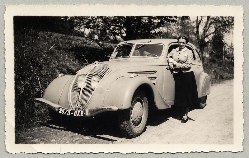 1938 in Südfrankreich - Madame vor ihrem 402