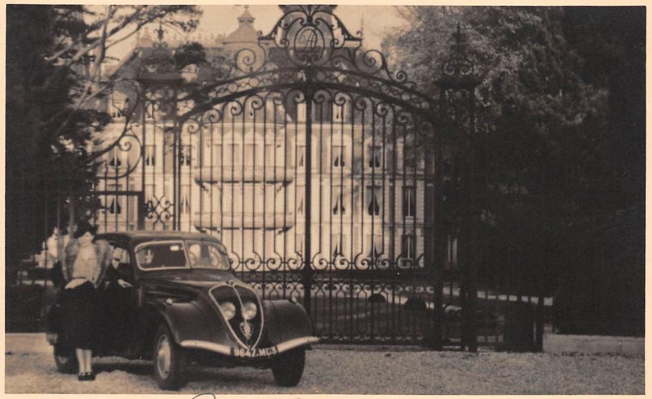 wir schreiben das Jahr 1940 - das Verschließen des Tors hat leider nicht gewirkt ... Der Einmarsch der nationalsozialistischen Reichswehr löst eine Massenflucht aus Paris in den Süden aus, bei der die Autos meist von Frauen gelenkt sind, da die Männer an der Front oder schon in Gefangenschaft sind.