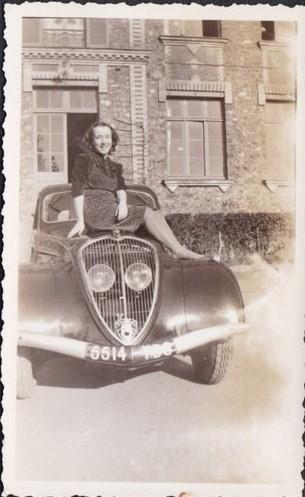 1946: der Krieg ist vorbei - die Frauen und die beiden Wagen - oben 402, unten 202 - haben überlebt