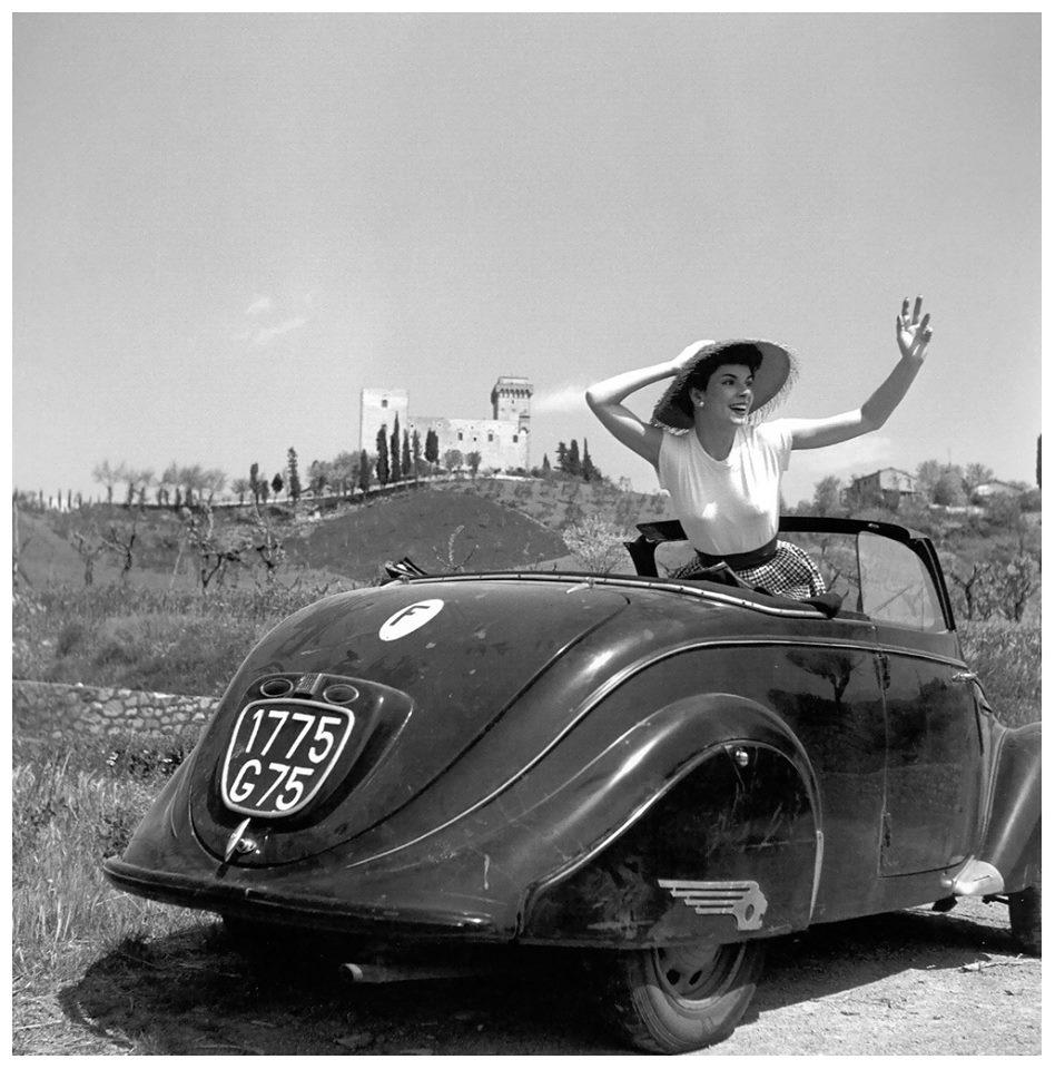 Im Jahr 1957 in der Toskana aufgenommen - die aktuelle Sommermode im nicht mehr ganz so aktuellen 202 Cabriolet, das schon manche Kampfspur abgekommen hat.