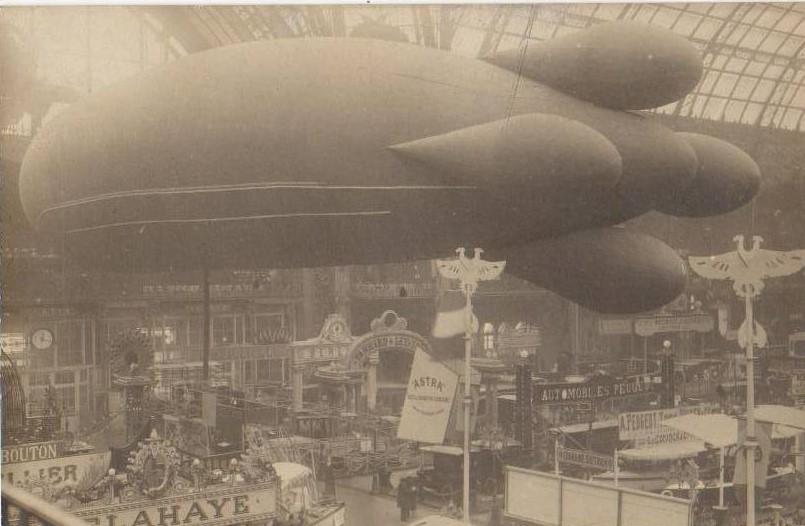 1908 - die Schau ist um Luftfahrt erweitert - der Peugeot-Stand ist rechts unten zu erkennen