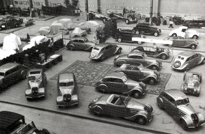 Beim Salon 1936 dominieren die 302/402. Die gesamte Modellpalette ist zu sehen - von der Limousine (mit und ohne Schiebedach) über Leger, Coach, Decouvrable, Roadster, Eclipse (E4Y) und DarlMat bis hin zum Diesel-Chassis.
