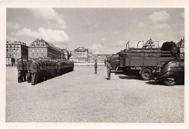 Dieses Bild vom Appell dürfte kurz nach der Besetzung entstanden sein, da der 402 soweit erkennbar noch ein französisches Kennzeichen trägt.