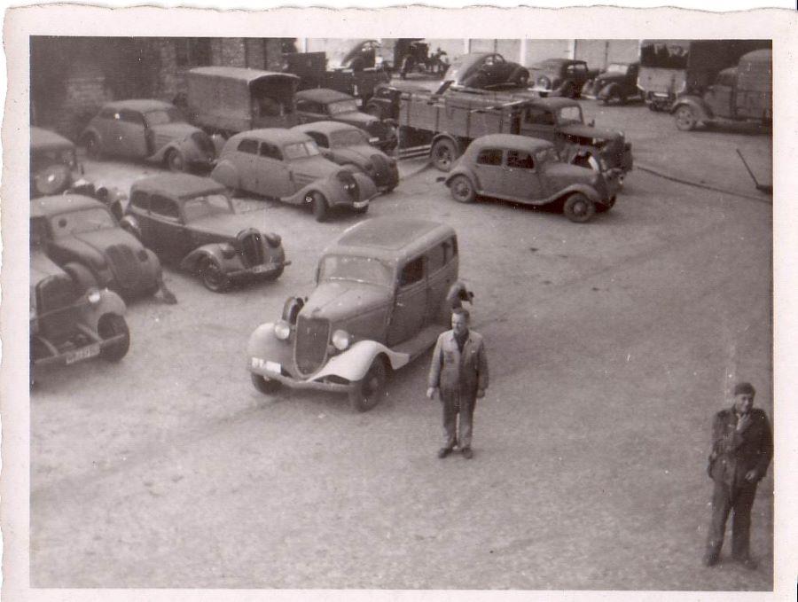 Betriebshof der Fa. Fleischhauer in Köln, 1943 - zu erkennen sind ein 302 und dahinter ein 402 Coach