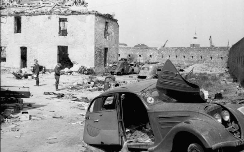 zerstörter Peugeot 302