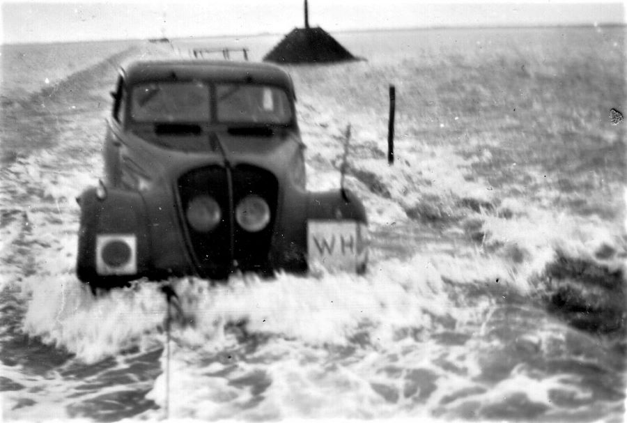 Gelegentlich mußte der Peugeot 402 aber auch geschleppt werden  - bei auflaufender Flut auf der Passage de Gois zur Isle de Normoutier