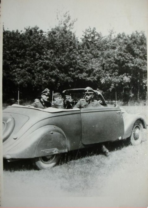 """Ein 402 Cabrio mit Offizieren der SS-Panzerdivision """"Das Reich"""""""