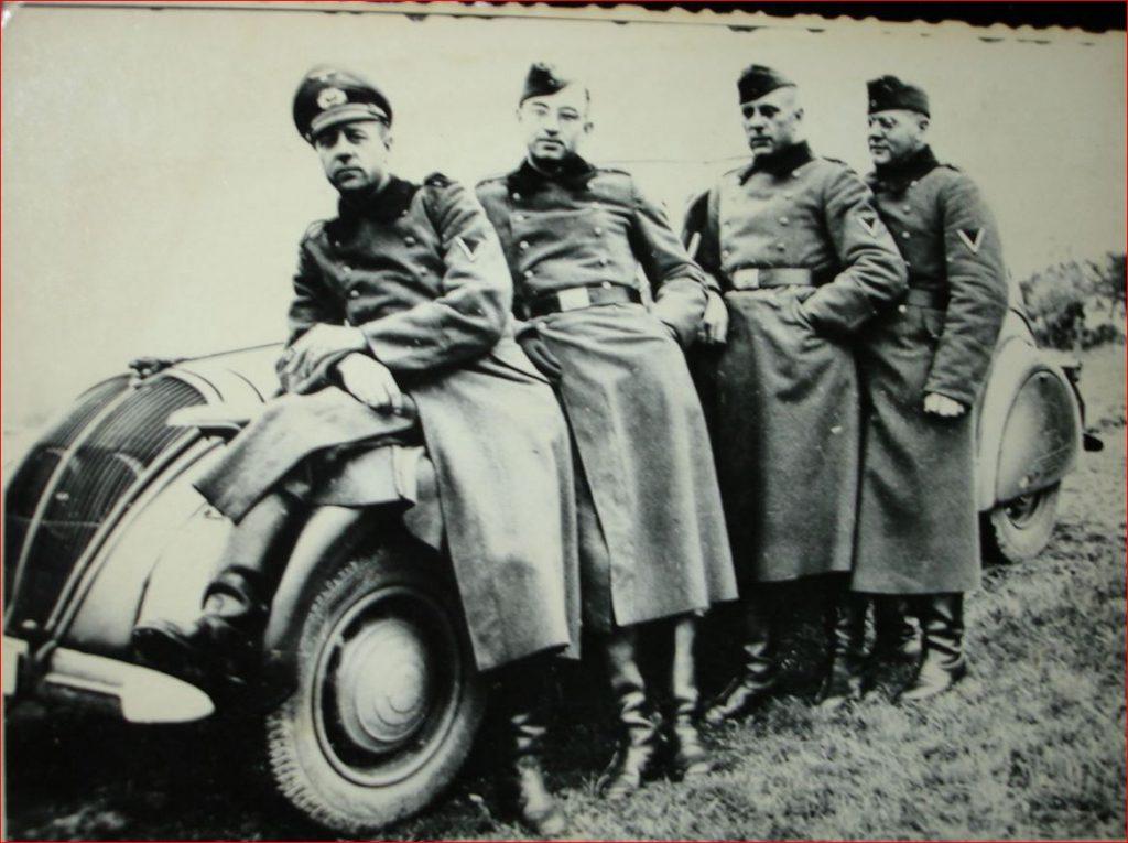 Soldaten der Wehrmacht vor 402 B
