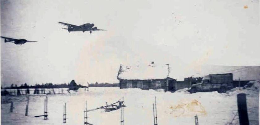 Ju 52 mit Lastensegler, vorne ein Peugeot DK 5