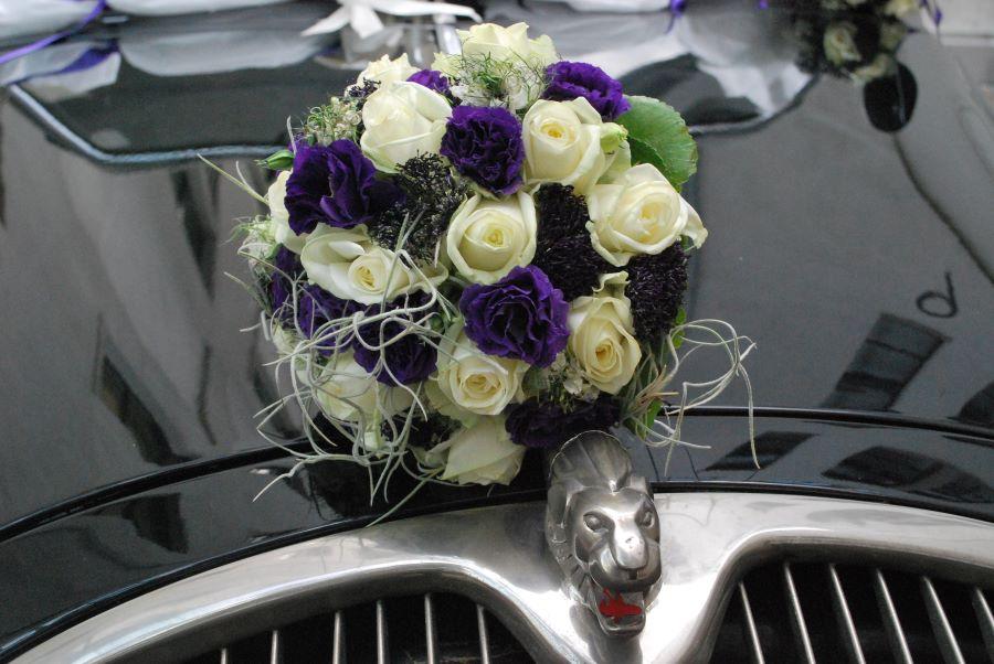 Peugeot 402 mit Hochzeitsschmuck