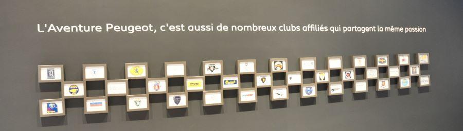 Die Gelerie der Embleme der Mitgliedsclubs im Musee Peugeot