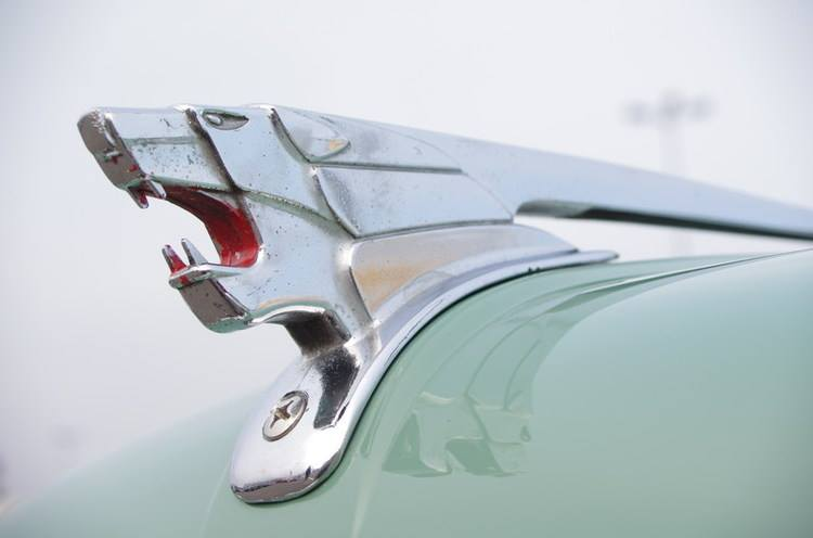 Der Löwe des Peugeot 403 ist die letzte wirkliche Kühlerfigur, da diese im Jahr 1958 aus Gründen des Personenschutzes verboten wurden. Die Folgemodelle haben nur noch flache Embleme