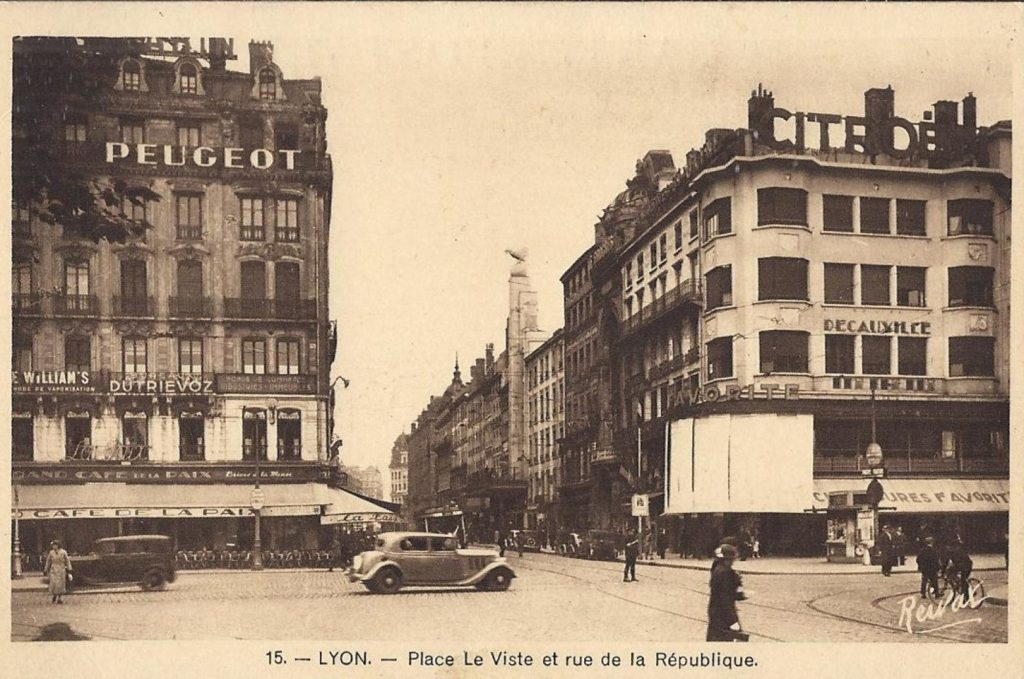 Peugeot Werbung in Lyon über der Rue de la Republique.
