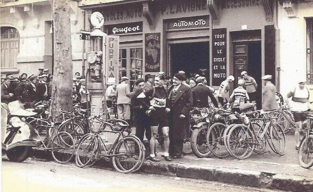 Lavignie - der örtliche Peugeot-Händler fungiert als Service-Station bei der Tour de France