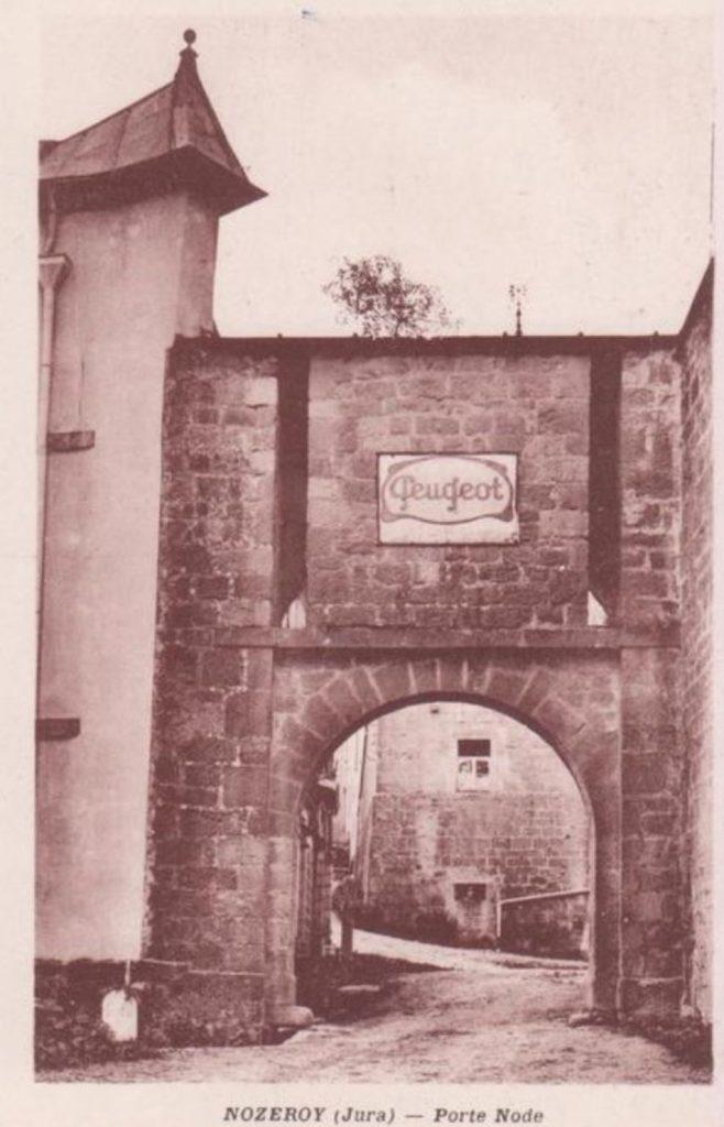 Historische Gebäude mußten als Werbeträger -  hier das Porte Node in Nozeroy - herhalten