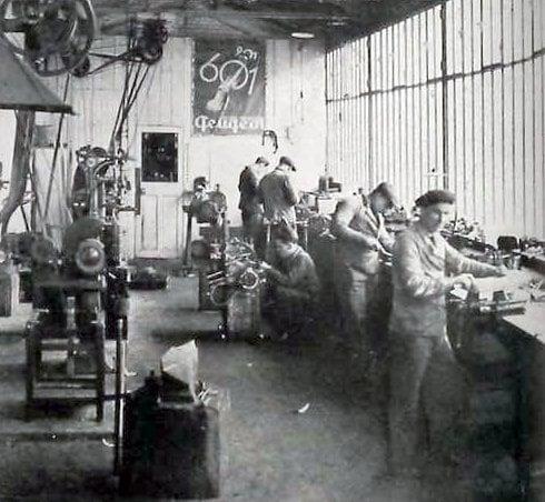 und nochmal Paris - oben die noch heute als Peugeot-Händler existente Fa. DarlMat, unten ein Blick in die Räume. Jeweils wohl Anfang der 1930er Jahre