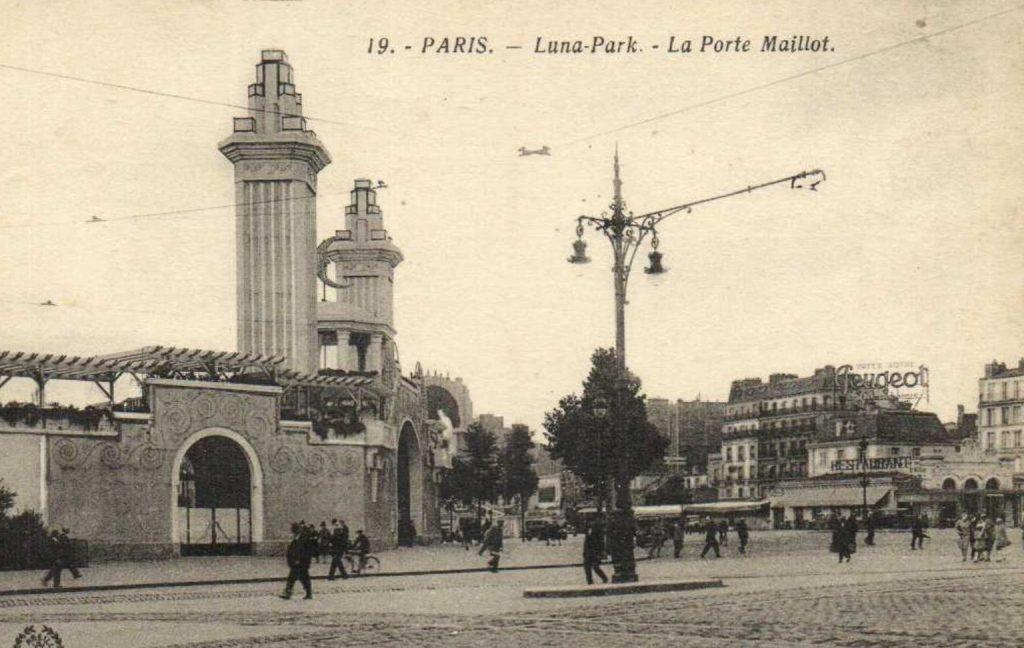 Peugeot Werbung in der Nähe des Lunaparks, Paris