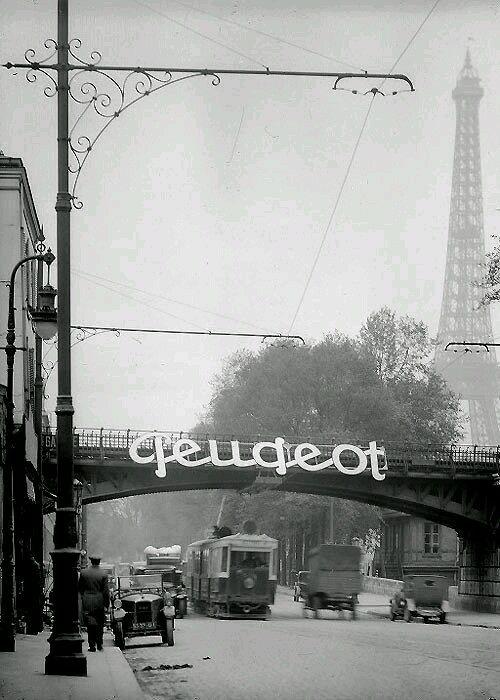 Werbung auf einer Straßenbrücke im Schatten des Tour d'Eiffel,