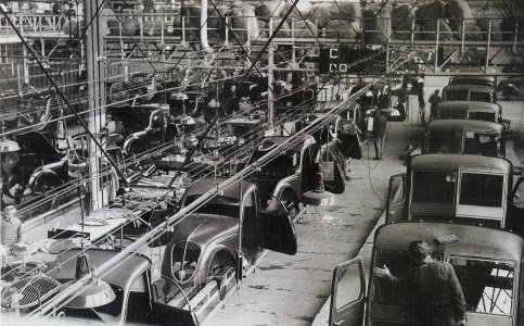 Peugeot Werk Sochaux: 1939 - es laufen DK 5 (links), 202 (Mitte) und rechts DMA auf den Bändern