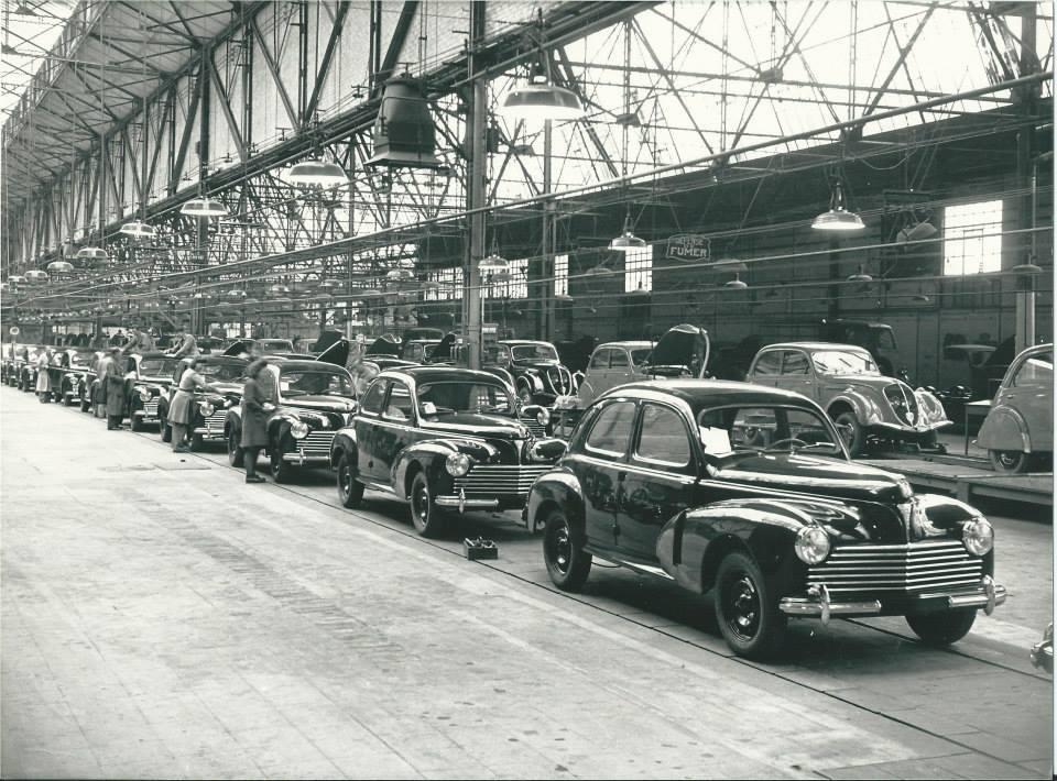 Peugeot Werk Sochaux: 1949 - vorn der brandneue 203, auf dem hinteren Band werden noch 202 gebaut