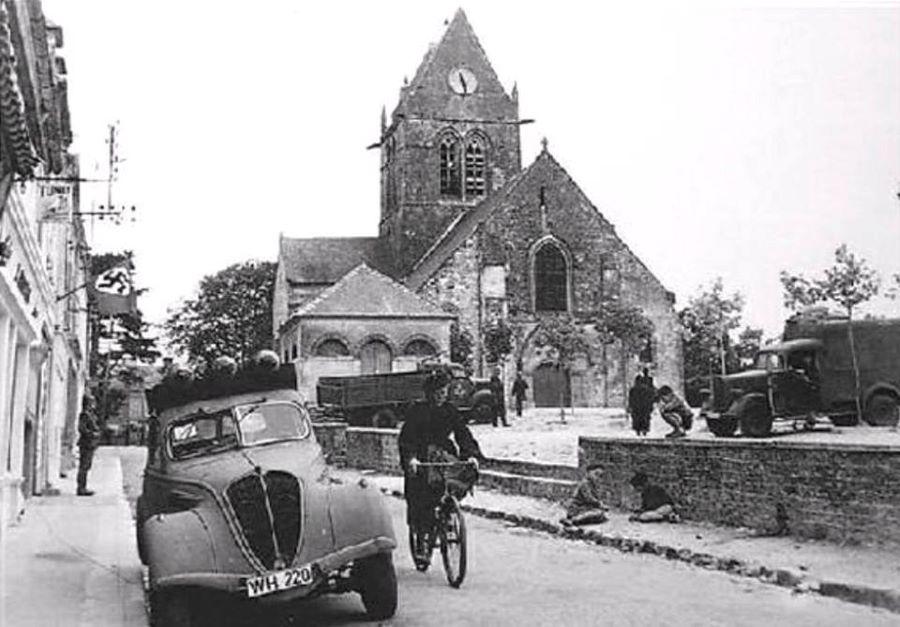 Peugeot 402 - an der Kirche von St. Mere - 6.6.1944
